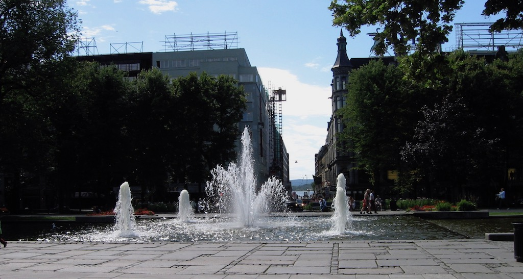 Pretty-fountain-and-interesting-perspective_Oslo-Norway-2006